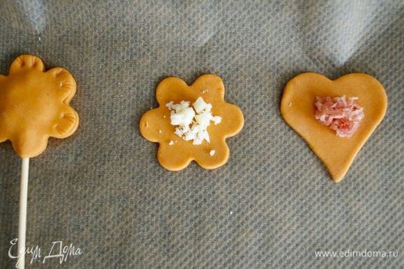 """Одну половинку """"пирожка"""" выложить на пекарскую бумагу или силиконовый коврик. Сверху положить немного начинки..."""