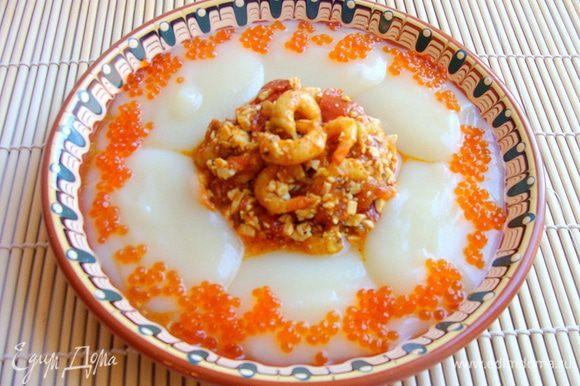 В центр тарелочки валожить горкой азу, по краям столовой ложкой распределить красиво пюре.