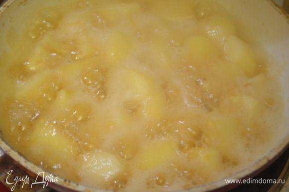 Выкладываем в сахар яблоки, почищенные и порезанные на кубики среднего размера (они должны совпадать по размеру с грибами и печенкой), влить вино и потушить примерно 5 минут. Добавить щепотку соли.