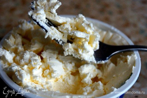 Перемешать Маскарпоне вилкой. Затем перемешать в глубокой миске вместе с яичной смесью (в течение 3-х минут). Добавить ванилин, муку и пекарский порошок и мешать 3 минуты.