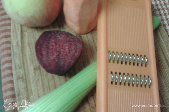 Овощи помыть, почистить. Свеклу взять сырую, ее нужно небольшое количество, иначе она забьет остальные вкусы! Яблоко лучше зеленое ( у меня какое было).