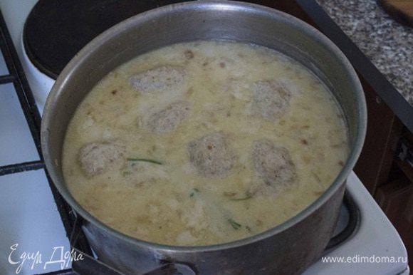 В уже готовый суп аккуратно поместить кнели, посолить по вкусу. Варить до всплывания кнелей на поверхность, около 10 мин.