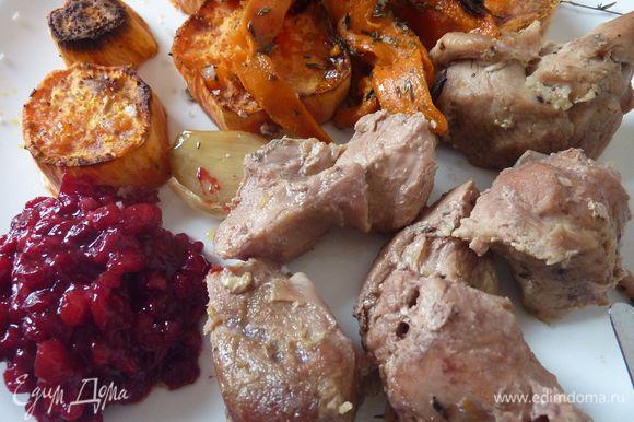 Очень вкусный вариант индейки не только на праздник от julika1108 http://www.edimdoma.ru/retsepty/63352-prazdnichnaya-indeyka-s-klyukvennym-sousom Очень вкусно и несложно!