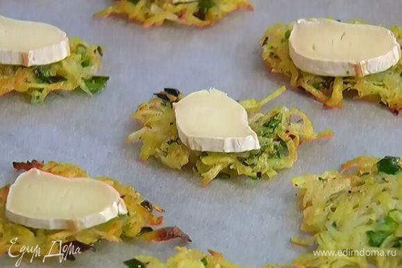 На каждую поместить по кружку сыра и отправить под гриль на 2–3 минуты.