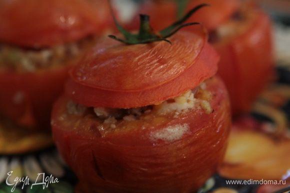 Подавать помидоры на подогретой керамической тарелке, чтобы они не успели остыть.