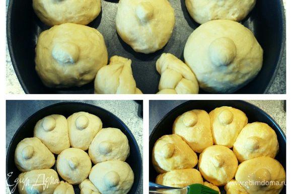 Разрезать тесто на восемь равных частей. Сформировать шарики и выложить в форму. Оставить на 20 минут для подъема. Когда булочки подойдут, смазать их желтком.