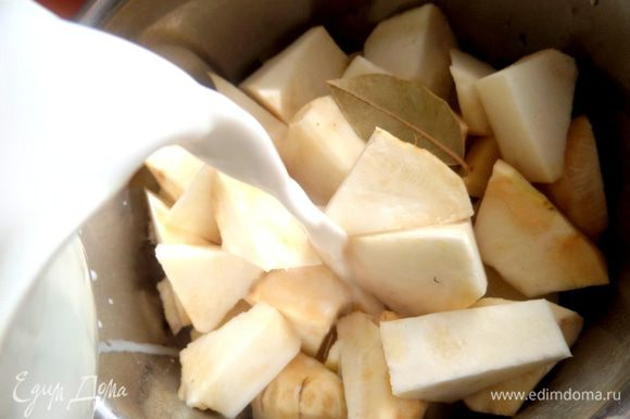 Выложить овощи в кастрюлю с солью и лаврушкой и залить молоком пополам с водой.