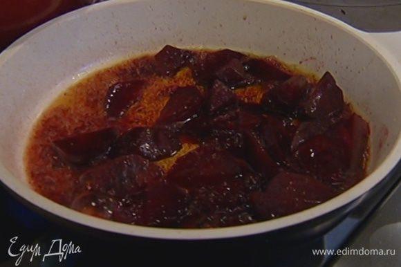 Разогреть в сковороде 1 ст. ложку оливкового масла, выложить свеклу, добавить мед, посолить, поперчить, влить бальзамический уксус и обжарить.