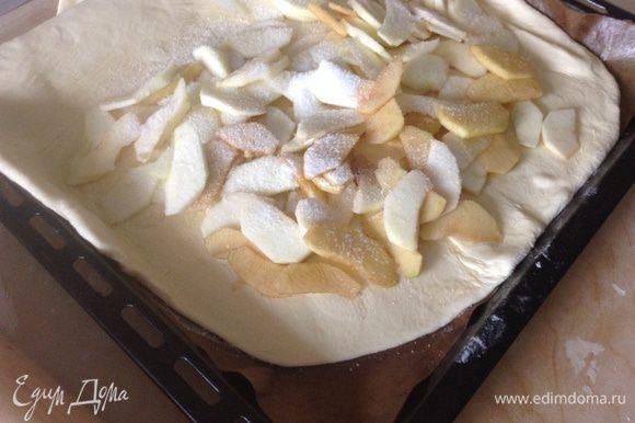 На половину лепешки равномерно положить яблоки и посыпать сахаром.