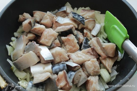 Очистить скумбрию и убрать все косточки. Нарезать филе на небольшие кубики, добавить лук. Обжарить лук и филе в течении 3 минут.