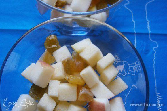 В креманки выложить слой яблочного салата.