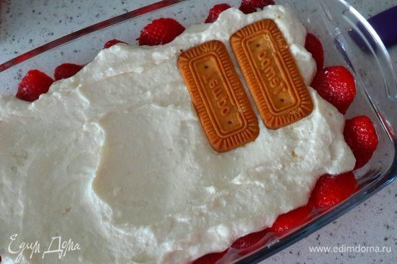 Творог выкладываем на печенье. И я решила сделать второй слой. Опять печенье и творог.