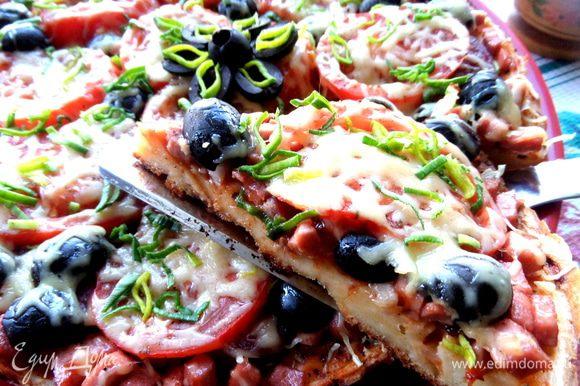 Если разделить на две пиццы,то тесто получится потоньше,но мои мужчины одобрили именно такую толщину пиццы))) За день она исчезла!