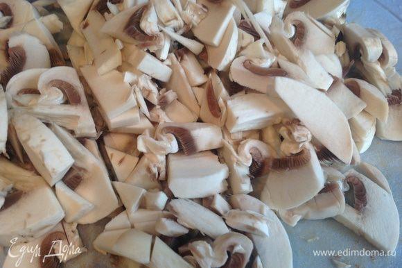 Пока сделаем фарш: шампиньоны порезать и обжарить на растительном масле.