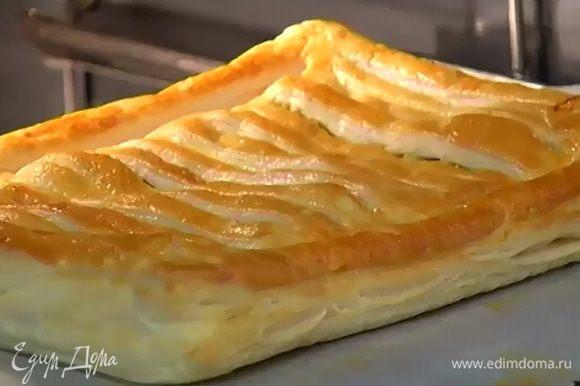 Выпекать пирог в разогретой духовке 20 минут.