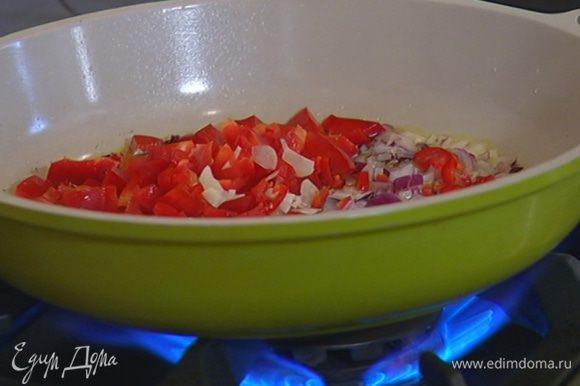 В сковороду с луком выложить сладкий перец, чили и чеснок, все посолить и перемешать.