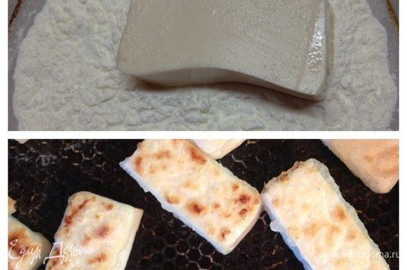 Обвалять брусочки тофу в крахмале и обжарить на смазанной маслом сковороде. Можно не обваливать и жарить без масла, но тогда не получается такой хрустящей корочки.