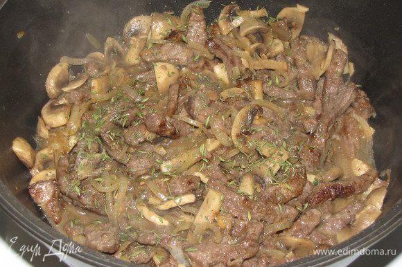Положить мясо и тонко нарезанные листья шалфея ( я заменила тимьяном). Перемешать и готовить 5 минут.