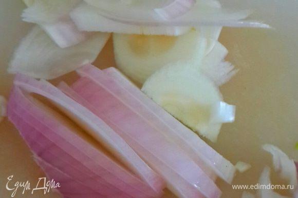 Режем лук полукольцами и обжариваем на остатке масла от баклажан.