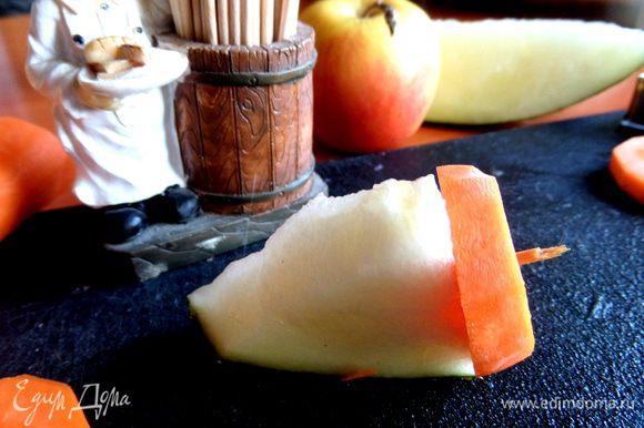 Начнём с хвостика...Им служит кончик дынного ломтика, к нему кружок моркови прикрепим половинкой зубочистки. Нужно 10 зубочисток.