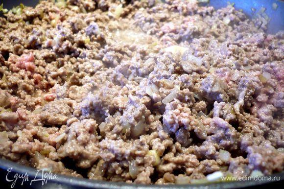 Лук очистим и порежем мелко. В сковороде разогреем оливковое масло и поджарим лук до прозрачности. Добавим фарш и, помешивая, прожарим его практически до готовности. Посолим и поперчим. Пассеруем томаты.