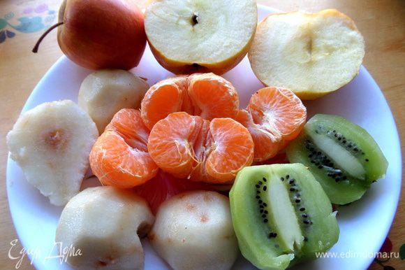 Помыть,очистить от кожицы,проверить в мандаринах косточки.