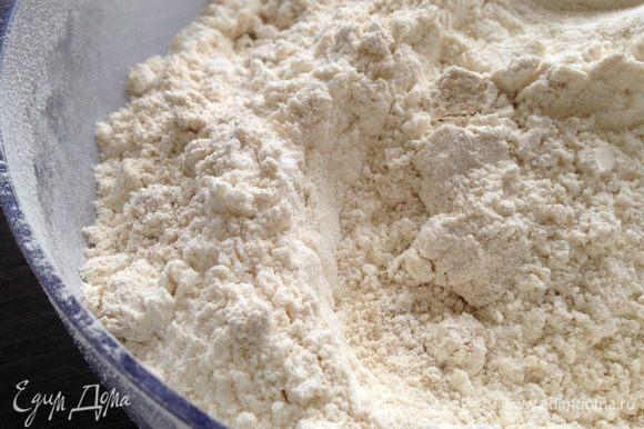 Просеять пшеничную муку и овсяную, добавить соль и соду.