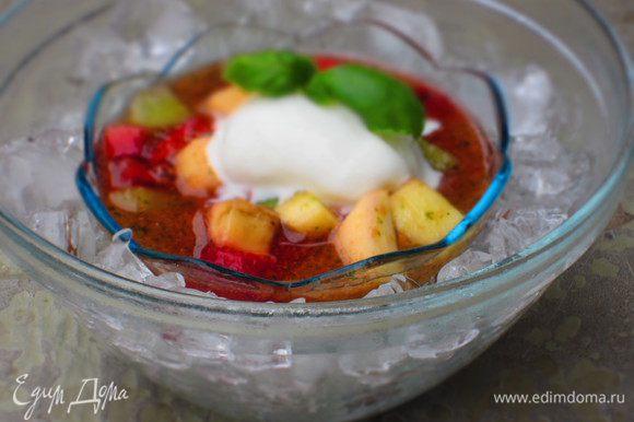 Подача: наполнить прозрачную ёмкость кубиками льда, сверху поставить креманку с фруктовым салатом, на фрукты выложить мороженое и украсить листочками базилика.