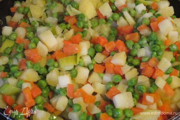 Добавить картофель, морковь, горошек и готовить 4-5 минут. Остудить.