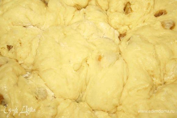 Когда опара хорошо настоится добавить маргарин смешанный с желтками, сахаром, изюмом и остаток муки и хорошо вымесить. Поставить в теплое место. Когда тесто поднимется, то его надо примять. И так сделать раза 3-4. Тесто поднимается быстро, поэтому оно не переиграет.