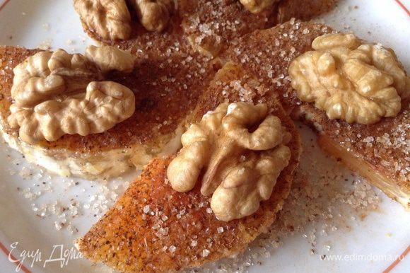 Посыпать этой смесью апельсины и на каждую дольку положить половинку грецкого ореха. Приятного аппетита!