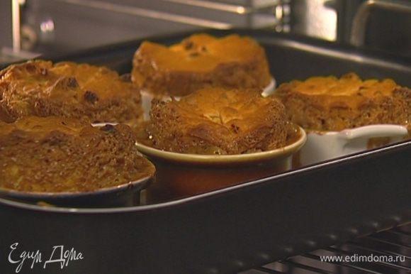 Вынуть формочки из противня, дать булочкам остыть, затем аккуратно освободить от формочек.