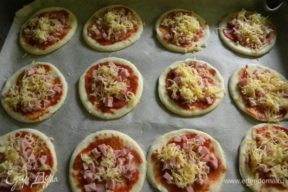 Смазываем соусом, кладем колбаску, а сверху сыр, и оставляем на мин. 30 чтобы поднялись, а потом в духовку на 20-30 мин.
