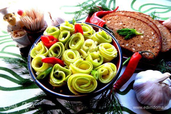 Рецепт здесь: http://www.edimdoma.ru/retsepty/65903-marinovannye-rolly-iz-molodyh-kabachkov