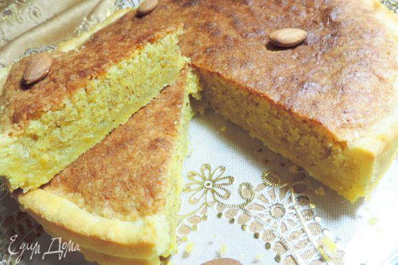 Даем нашему торту остыть и нарезаем на порционные кусочки. Ну просто невероятно вкусно, миндально, ароматно и сытно! Приятного чаепития!!!