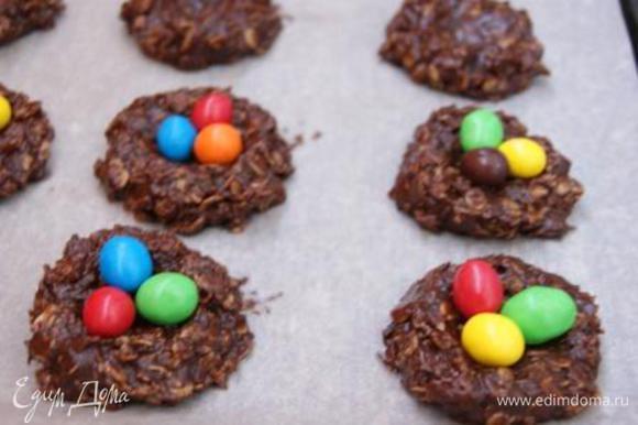 Выложить в гнезда разноцветные конфетки известной марки.