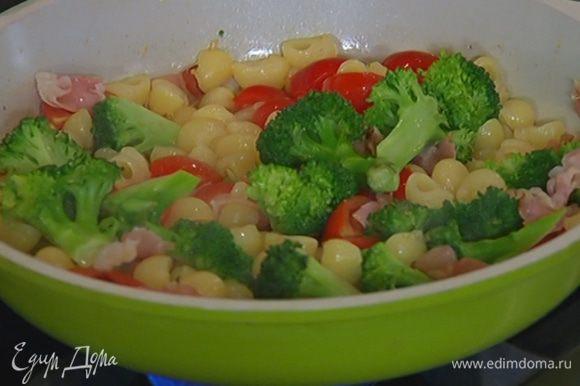 Макароны с брокколи добавить в сковороду с беконом и черри, перемешать и переложить в салатницу.