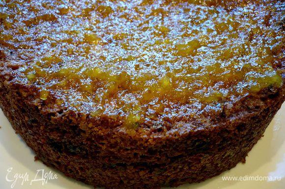Даем пирогу остыть, извлекаем его из формы, освободив бока торта от формы при помощи шпателя или ножа. Разогреваем духовку в режиме гриль. Смазываем верх пирога теплым джемом.