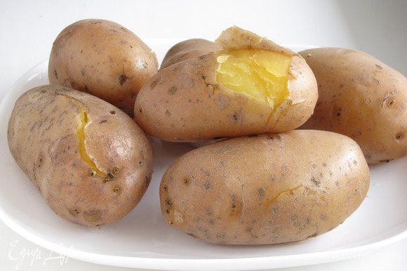 Картофель отварить в мундире. Можно сварить и очищенный картофель, но мне хотелось сохранить больше витаминов.)))