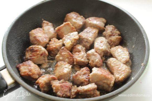 Нагреть масло и на среднем огне обжариваем мясо до сухой золотистой корочки. Мясо нужно быстро обжарить, чтобы снаружи была корочка, а внутри оно оставалось сочным.