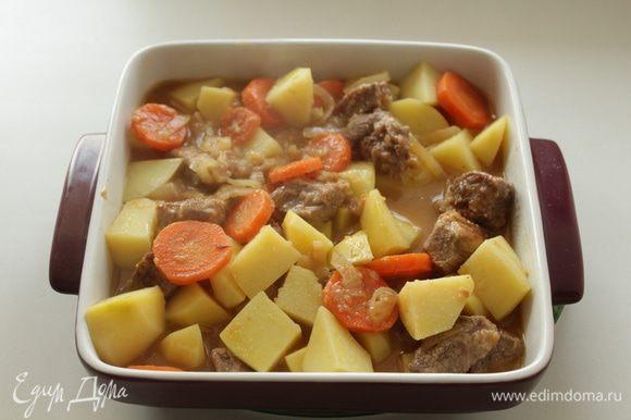 Перекладываем мясо с картошкой в форму для запекания.