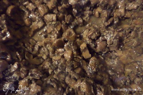 В глубокой сковороде разогреть растительное масло, выложить лук и поджарить его до золотистого цвета. Добавить нарезанные грибы и жарить до готовности, посолив и поперчив.