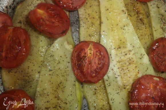 Кабачки очистить, нарезать вдоль тонкими пластинками. С помидоров снять кожицу, каждый разрезать на 4 части. Духовку разогреть до 200 градусов. Противень смазать растительным маслом, выложить кабачки и помидоры, сбрызнуть растительным маслом, посолить, поперчить, посыпать тимьяном, запекать 7 - 10 минут.