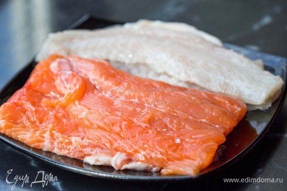 Первым делом необходимо разделать рыбу и поставить бульон. Я взяла одного сибаса весом 400 г, выпотрошила его, удалила жабры и глаза. Отделила филе и сняла его с кожи. Хвостовую часть лосося, филировала и тоже сняла с кожи. Кости оставляем для бульона.