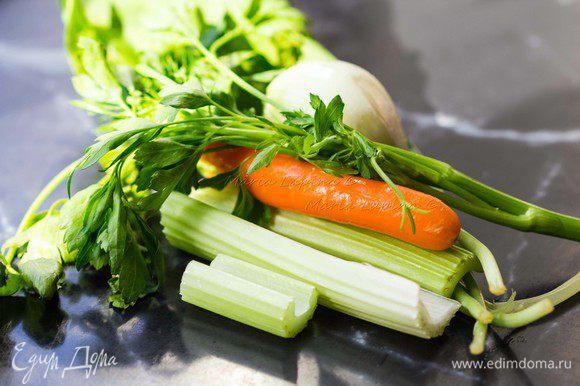 Когда вода закипит, кладем в суп очищенную луковицу, стебли сельдерея, морковь, зелень черемши и петрушки. Вы можете использовать любую другую зелень для этого супа, тимьян, кориандр, лавровый лист. Впрочем, то же касается и рыбы, её можно заменить на ту, которая продается в вашем регионе и ту, которую любите именно вы. Когда вода снова закипит, посолим его и добавим перец горошком. Бульон варим на небольшом огне минут 30-40.
