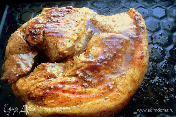 Мясо вынуть из маринада, обсушить салфетками. Сковороду-гриль хорошо разогреть, слегка смазать растительным маслом и быстро обжарить пласт мяса с двух сторон до румяной корочки. Переложить мясо на противень и смазать со всех глазурью.