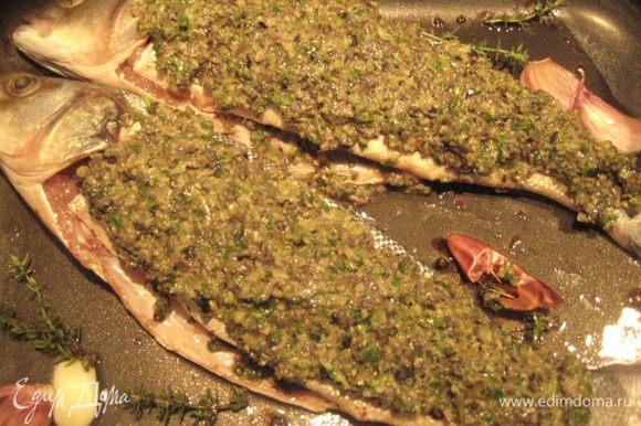Оставшимся соусом обмазать рыбу сверху. Сверху разложить помидор. Запекать при температуре 200 гр 20-25 минут.