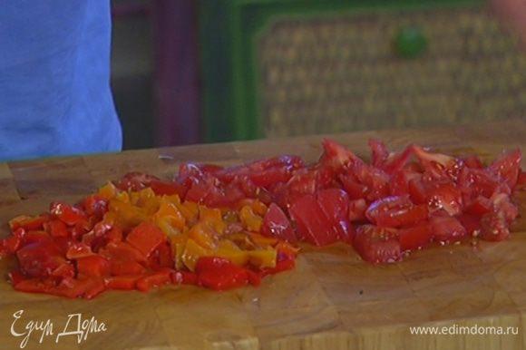 Сладкий перец запечь в разогретой в духовке до черноты, положить в целлофановый пакет и плотно закрыть, чтобы он пропотел, затем удалить семена, а мякоть нарезать маленькими кусочками.