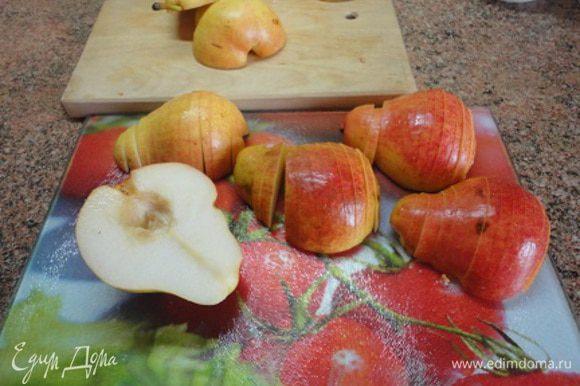 Воду с лимонным соком поставить в морозильную камеру на 15 минут. Муку смешать с солью и половиной чайной ложечки сахара и просеять. Очень холодное масло нарезать кубиками, добавить к тесту и быстро порубить ножом на кусочки величиной с половинку горошины. Сделать углубление в муке, начать добавлять воду по одной столовой ложке, одновременно замешивая тесто. Все делать быстро. Много не месить, сформовать шар, обернуть пищевой пленкой и оставить в холодильнике минимум на 30 минут, лучше на несколько часов. Груши разрезать на половинки, удалить серединку и нарезать каждую половинку поперек на тонкие ломтики, сохраняя форму половины груши. Шоколад порубить ножом.