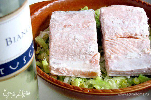 Выложить обжаренные овощи в неглубокую форму для запекания. Сверху поместить филе рыбы. Полить белым сухим вином